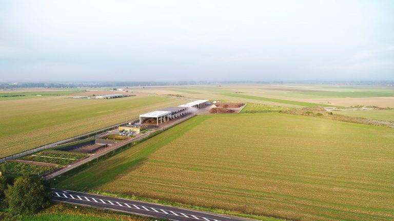 Le centre de compostage s'étend sur 4,7ha le long de la route de Quiéry, à Vitry-en-Artois, sur le site d'une ancienne piste d'aviation allemande.