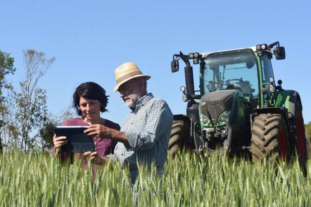 Terres et Territoires - couple-agriculteurs-dans-champ-tablette-numerique