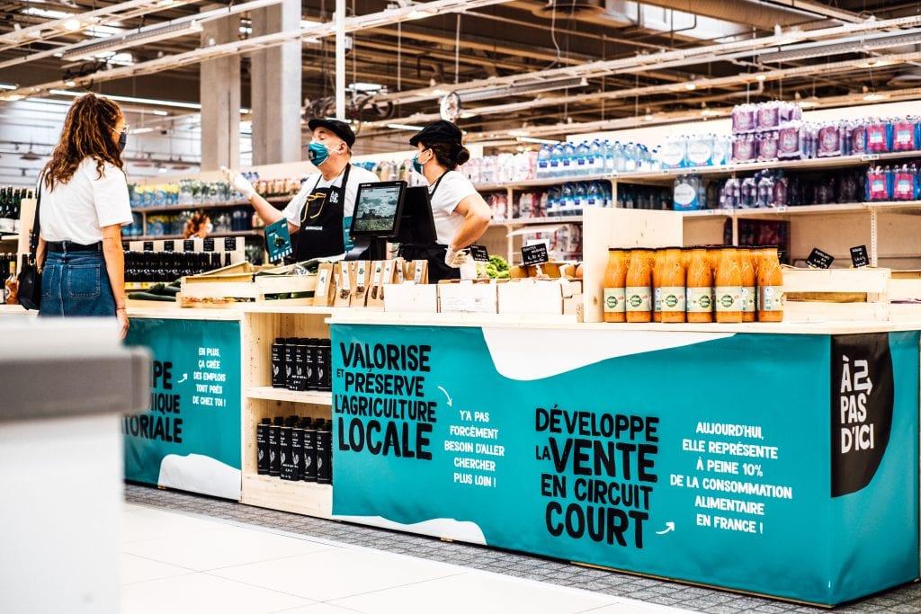 Depuis samedi 1er août, Auchan Noyelles-Godault héberge sur un îlot de stands bleus un marché fermier permanent, initiative de l'entreprise lilloise À 2 Pas d'ici, où les producteurs viennent eux-mêmes écouler leur production. Échos de cette nouvelle place du marché.